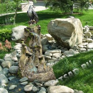 Водопад садовый Орел на скале