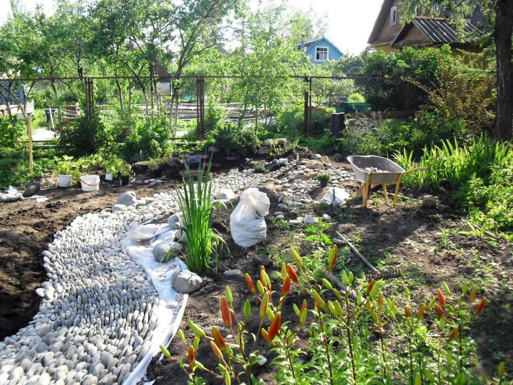 сухой ручей в саду на участке своими руками