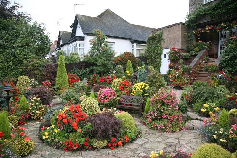 красивый сад цветник садовые дорожки вертикальное озеленение скамейка