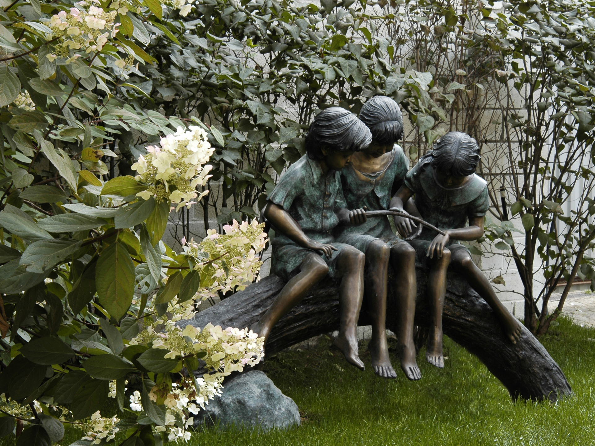 как украсить сад садовая скульптура фигуры в сад