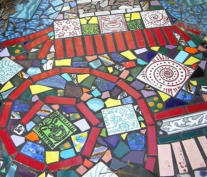 садовая дорожка из мозаики своими руками