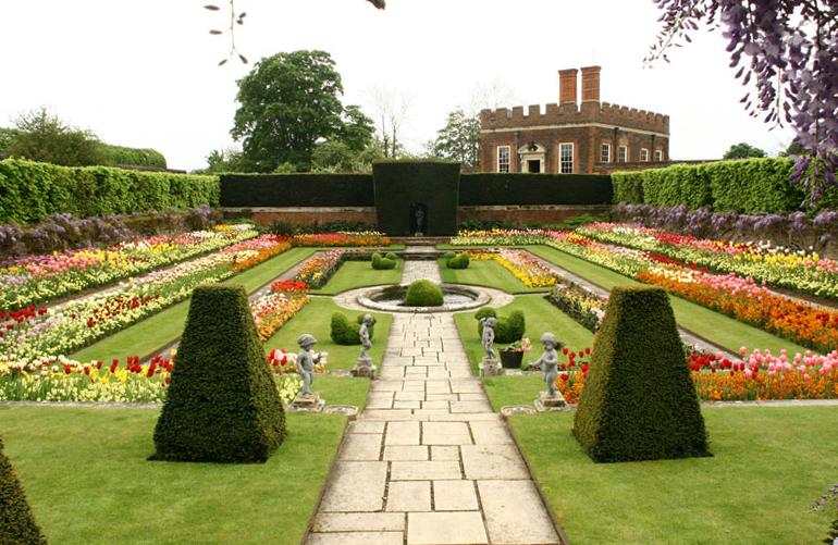 Hampton Cort красивый сад дорожки зеленый газон