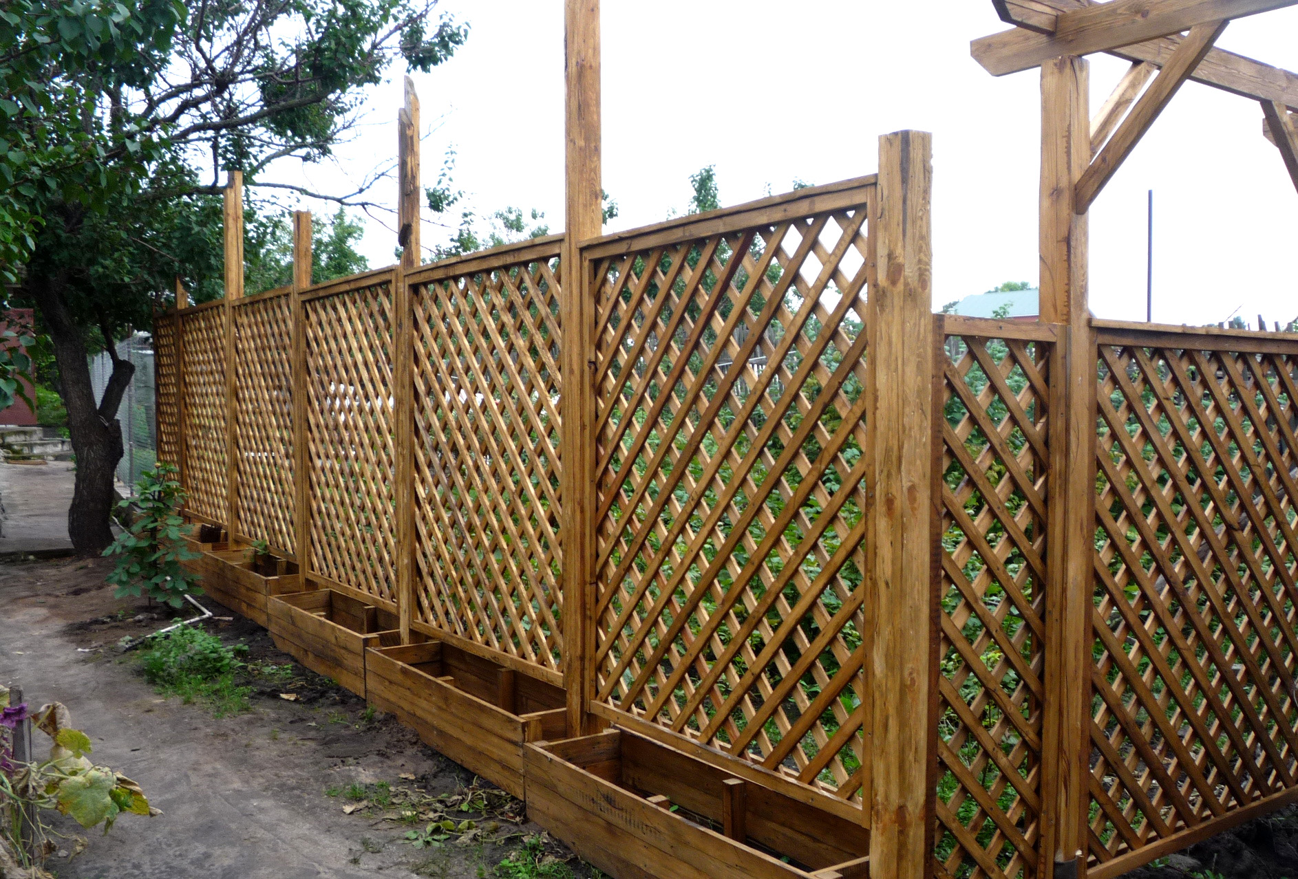 глухой деревянный забор своими руками пергола
