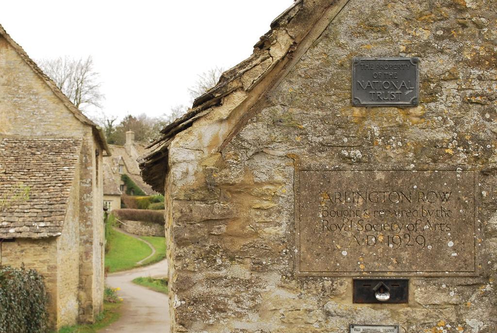 дом из натурального камня ракушечника Англия деревня Бибури зеленый газон
