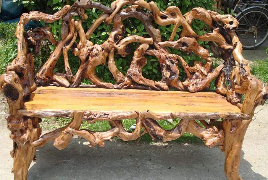 скамейка из старых коряг