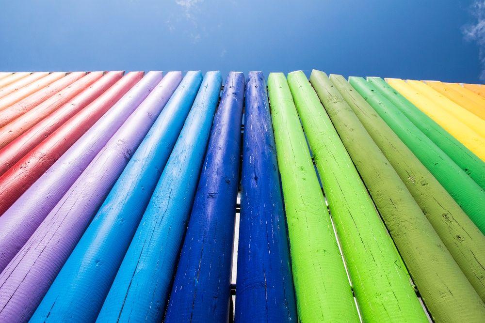 разноцветный деревянный забор своими руками