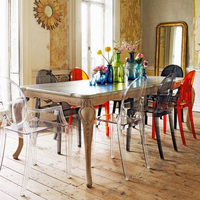 стулья разного цвета за столом