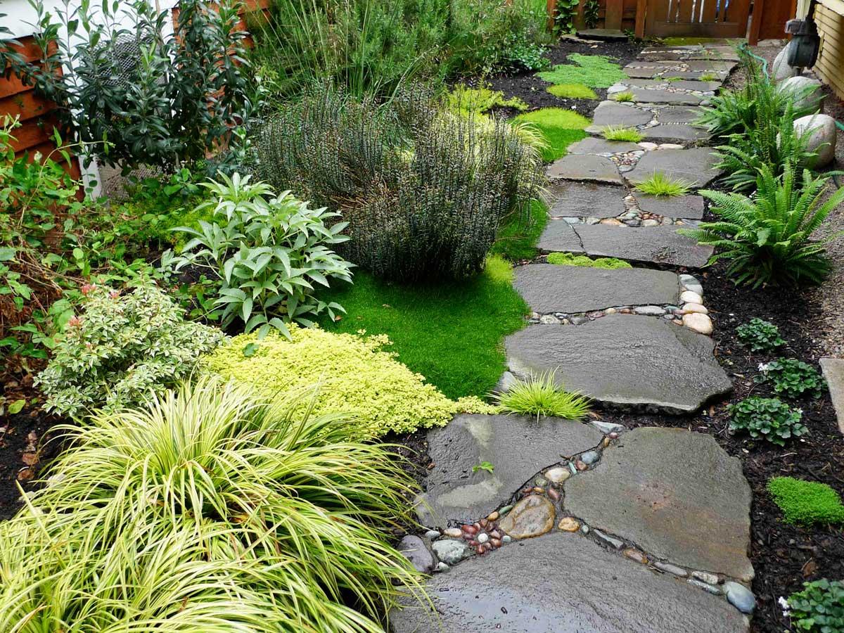 красивая садовая дорожка из крупных камней своими руками
