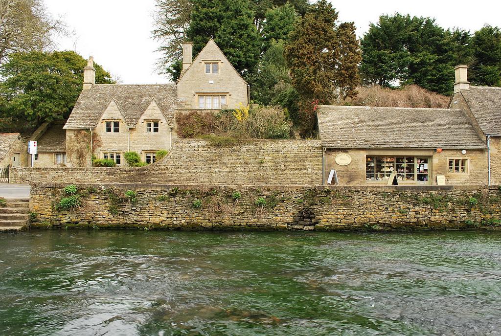 дом из натурального камня ракушечника Англия деревня Бибури