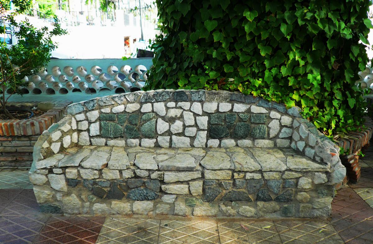 каменная скамейка