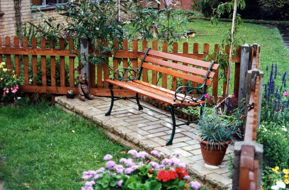 скамейка в саду летние работы на участке