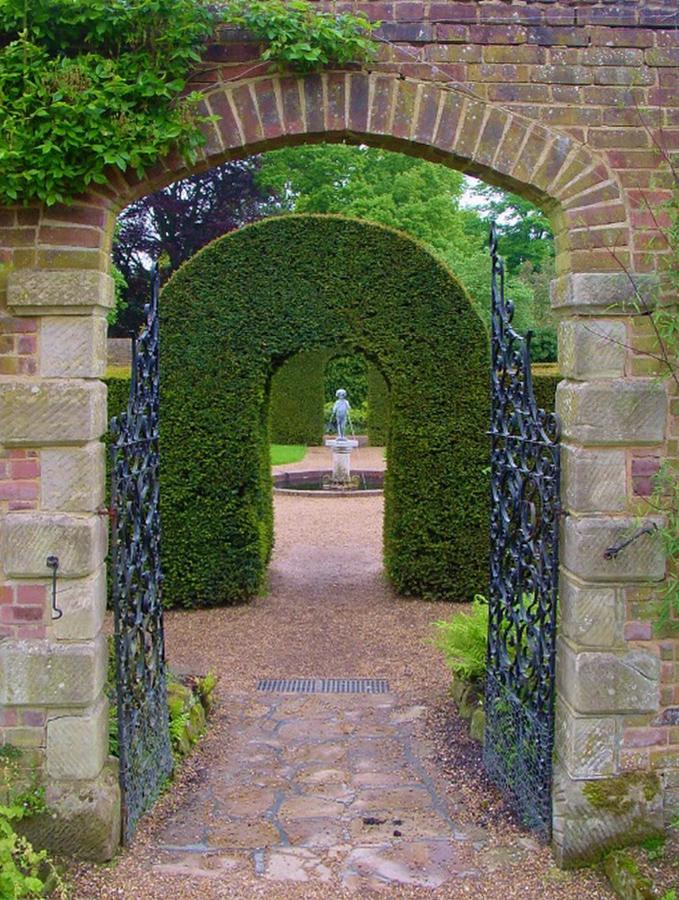 замок Wakehurst красивый сад арка декоративная