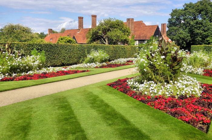 садовая дорожка зеленый газон живая изгородь красивый сад сады Уизли Англия