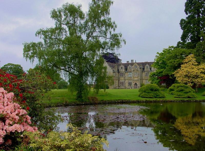 замок Wakehurst красивый сад пруд