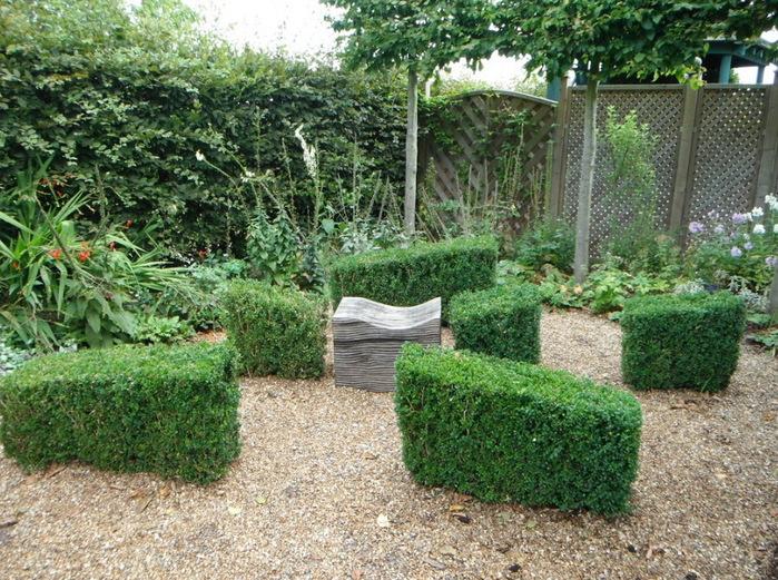 зона отдыха в саду топиари садовая мебель красивый сад сады Уизли Англия