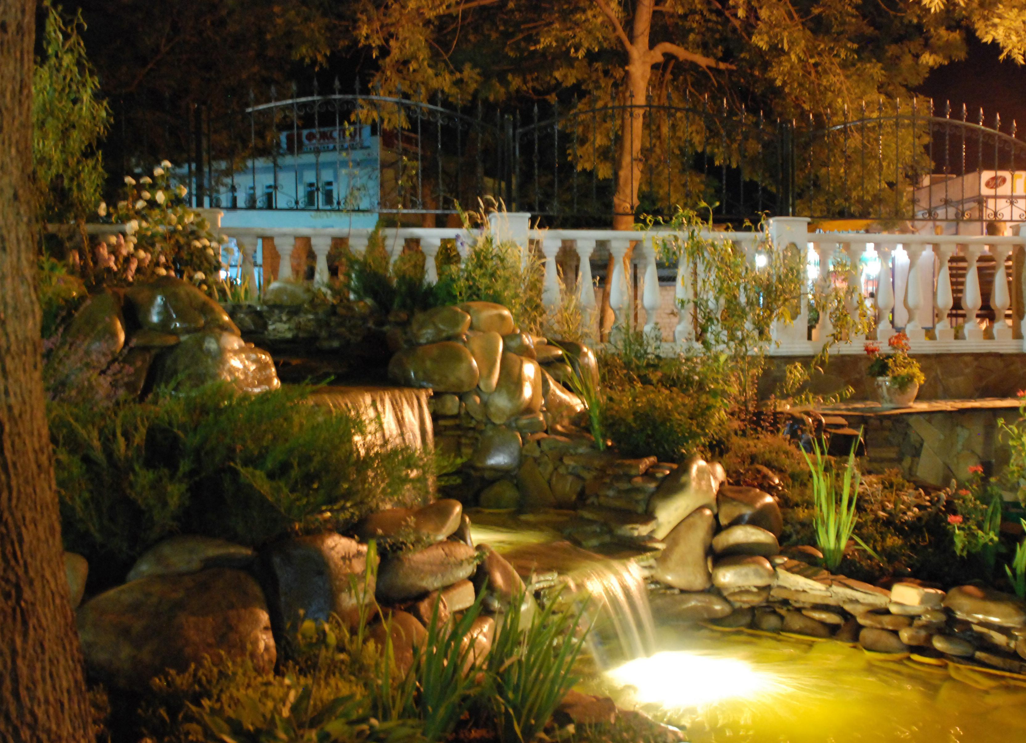 садовое освещение светильник в водопаде
