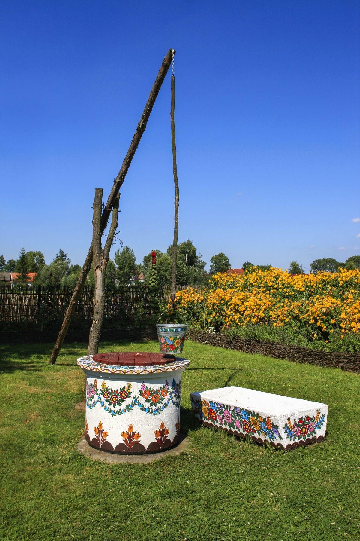 декор садовых колодцев