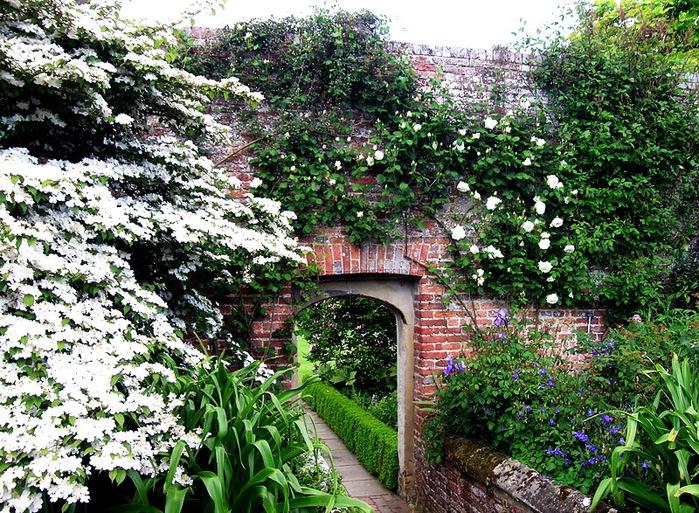 Сады SISSINGHURST Сиссингхерст красивый сад Англия арка