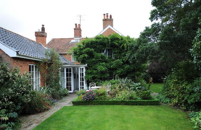 Магнолия Хаус красивый сад Англия цветник газон