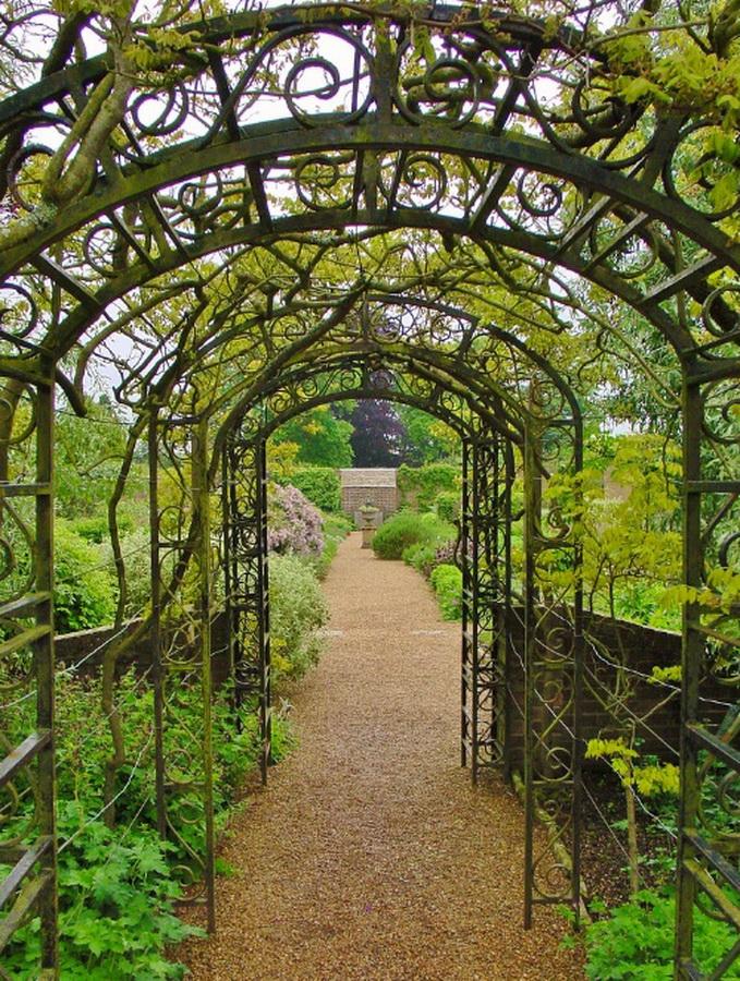замок Wakehurst красивый сад пруд садовая арка пергола
