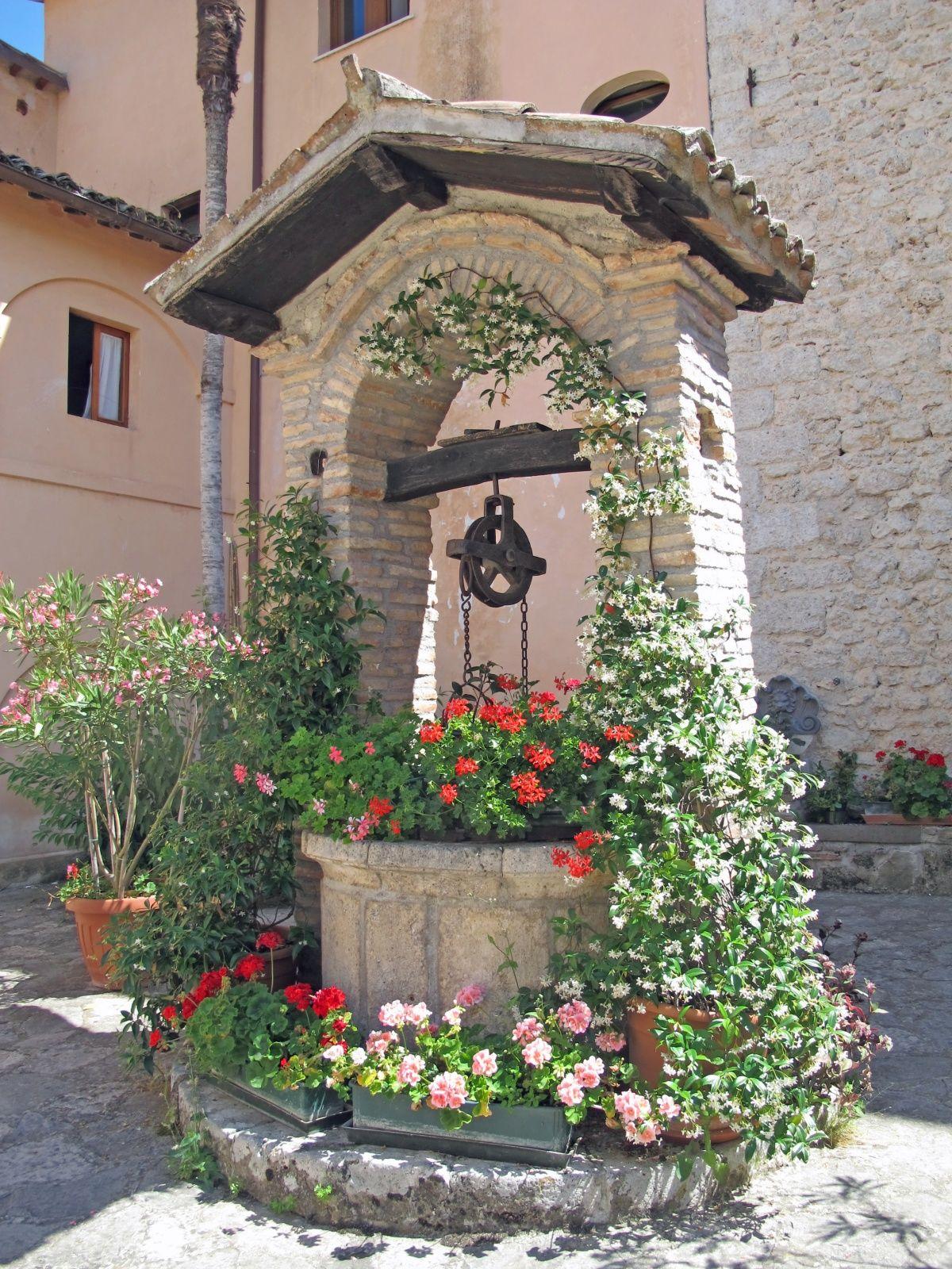 декор садовых колодцев цветы