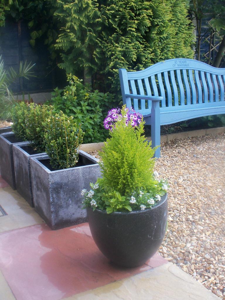 зонирование пространства при помощи вазонов в саду