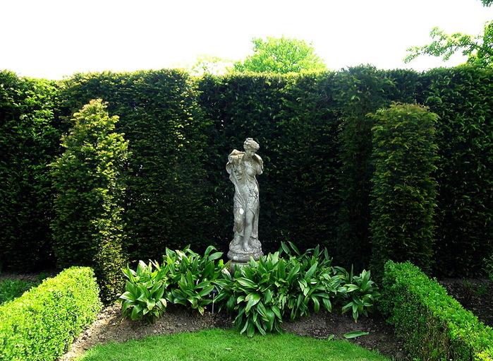Сады SISSINGHURST Сиссингхерст красивый сад Англия  статуя