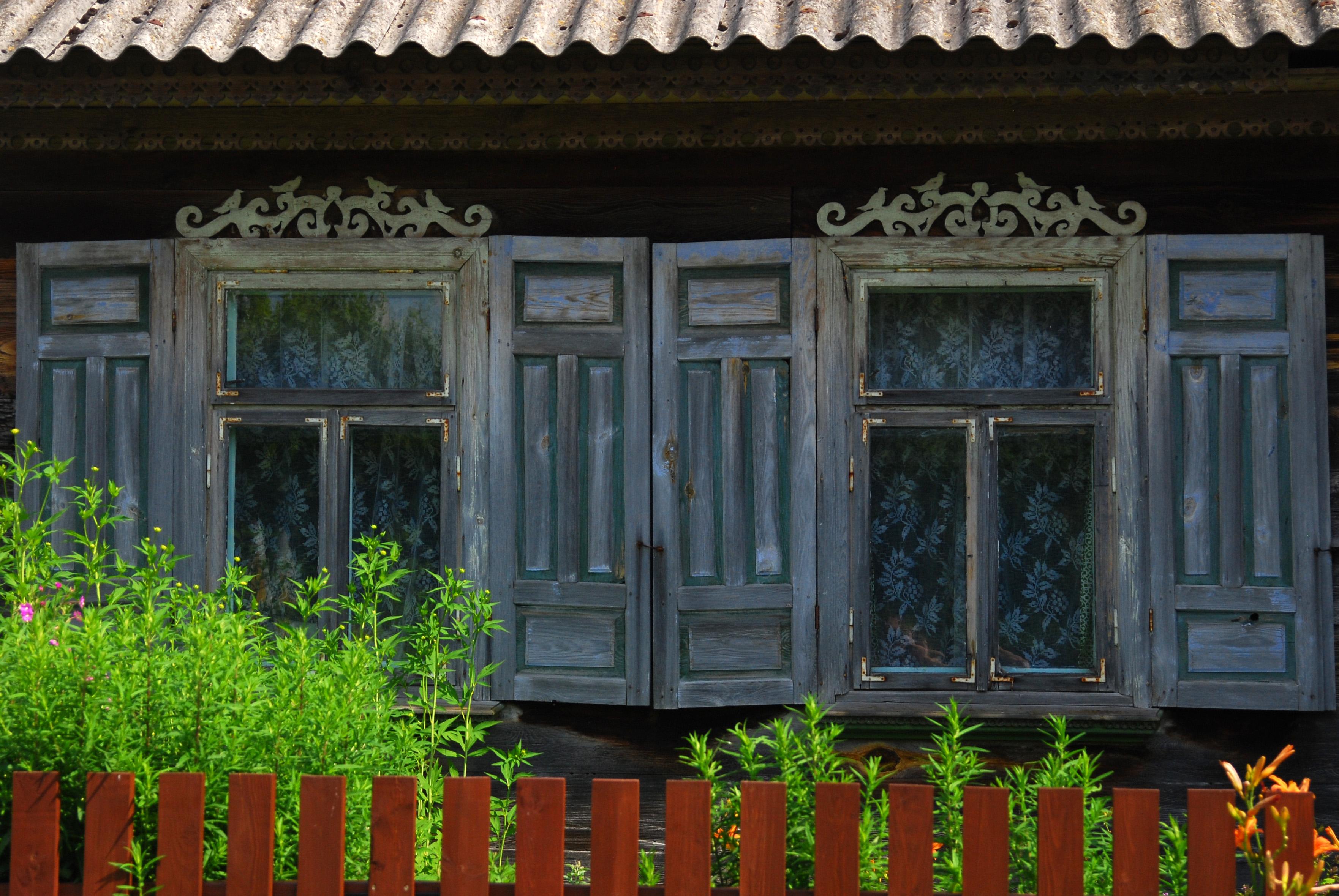 старые деревянные ставни на старом доме