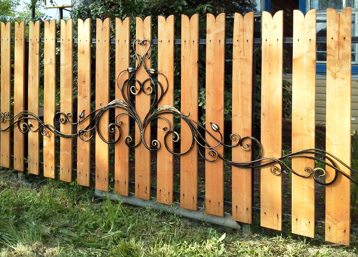 кованая накладка на деревянный забор