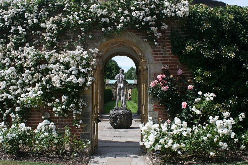 Замок Хивер сад роз красивый сад Англия арка статуя