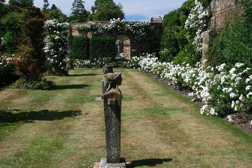 Замок Хивер сад роз красивый сад Англия клумба вертикальное озеленение плетистые розы клумба газон