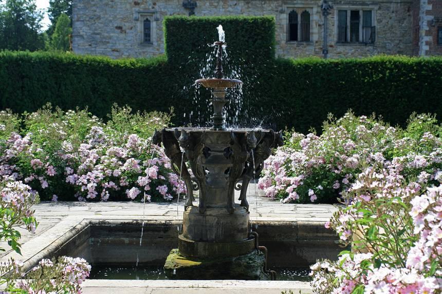 Замок Хивер сад роз красивый сад Англия  вертикальное озеленение фонтан