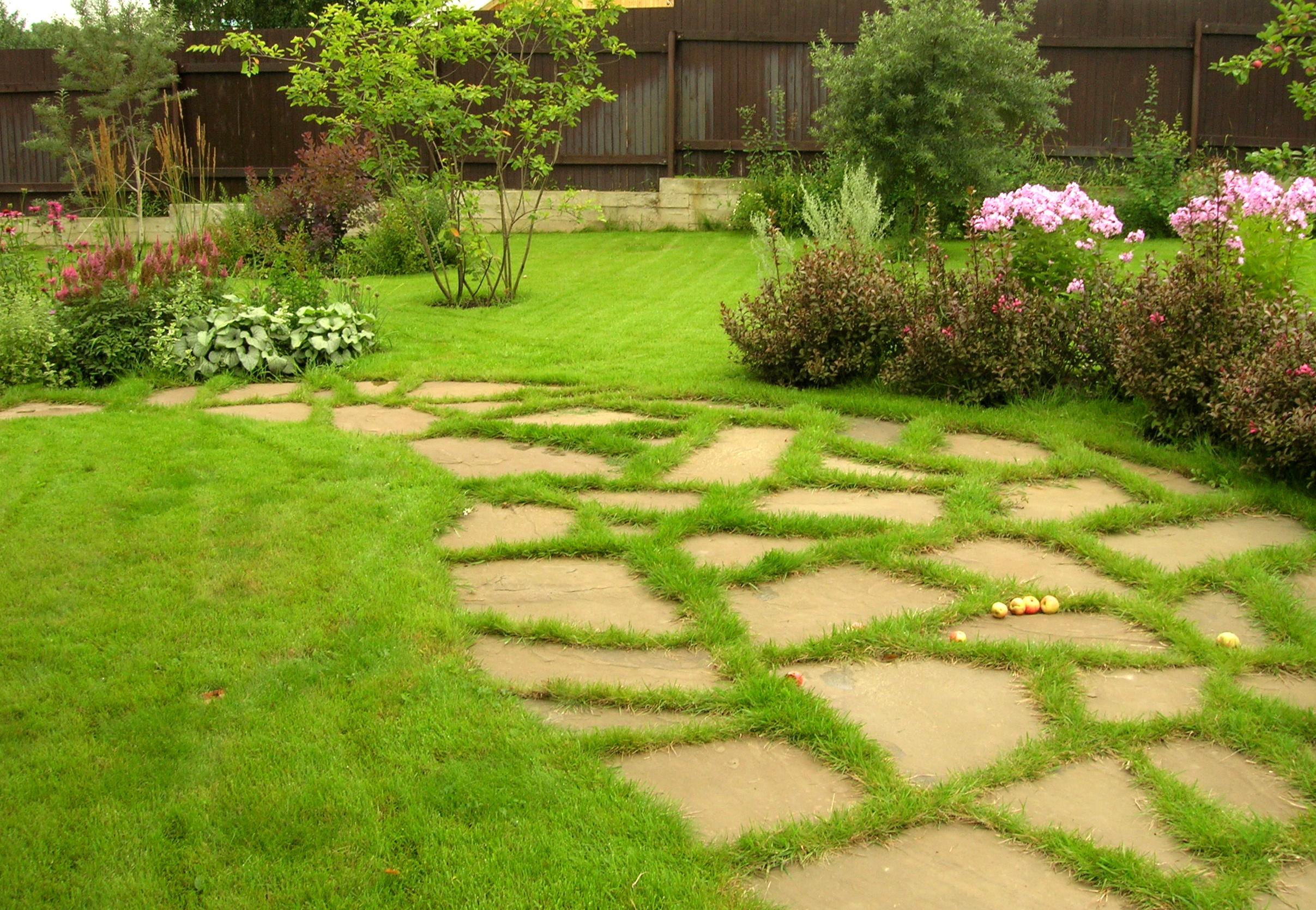 каменная садовая дорожка с газоном