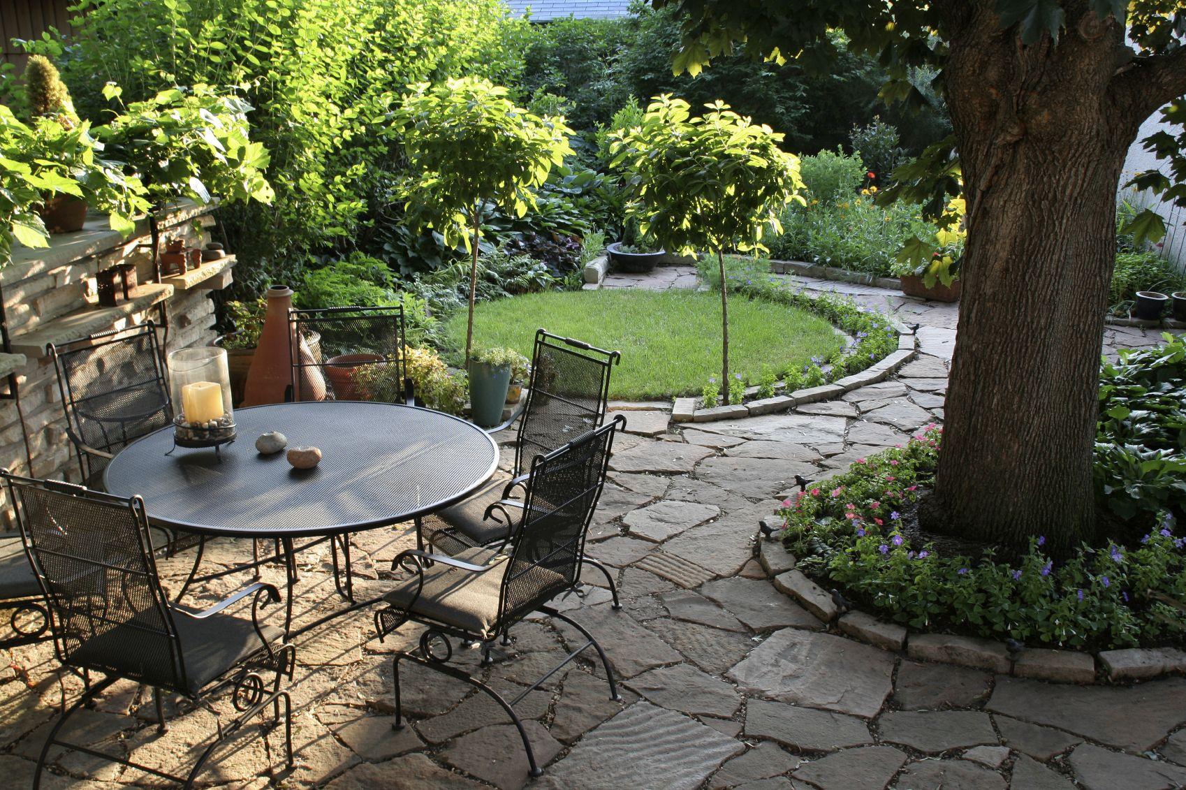 нестандартное стилевое решение для участка садовая дорожка и зона отдыха