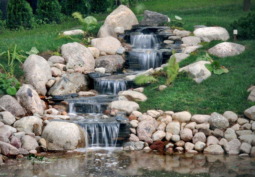 сад на склоне ручей водопад