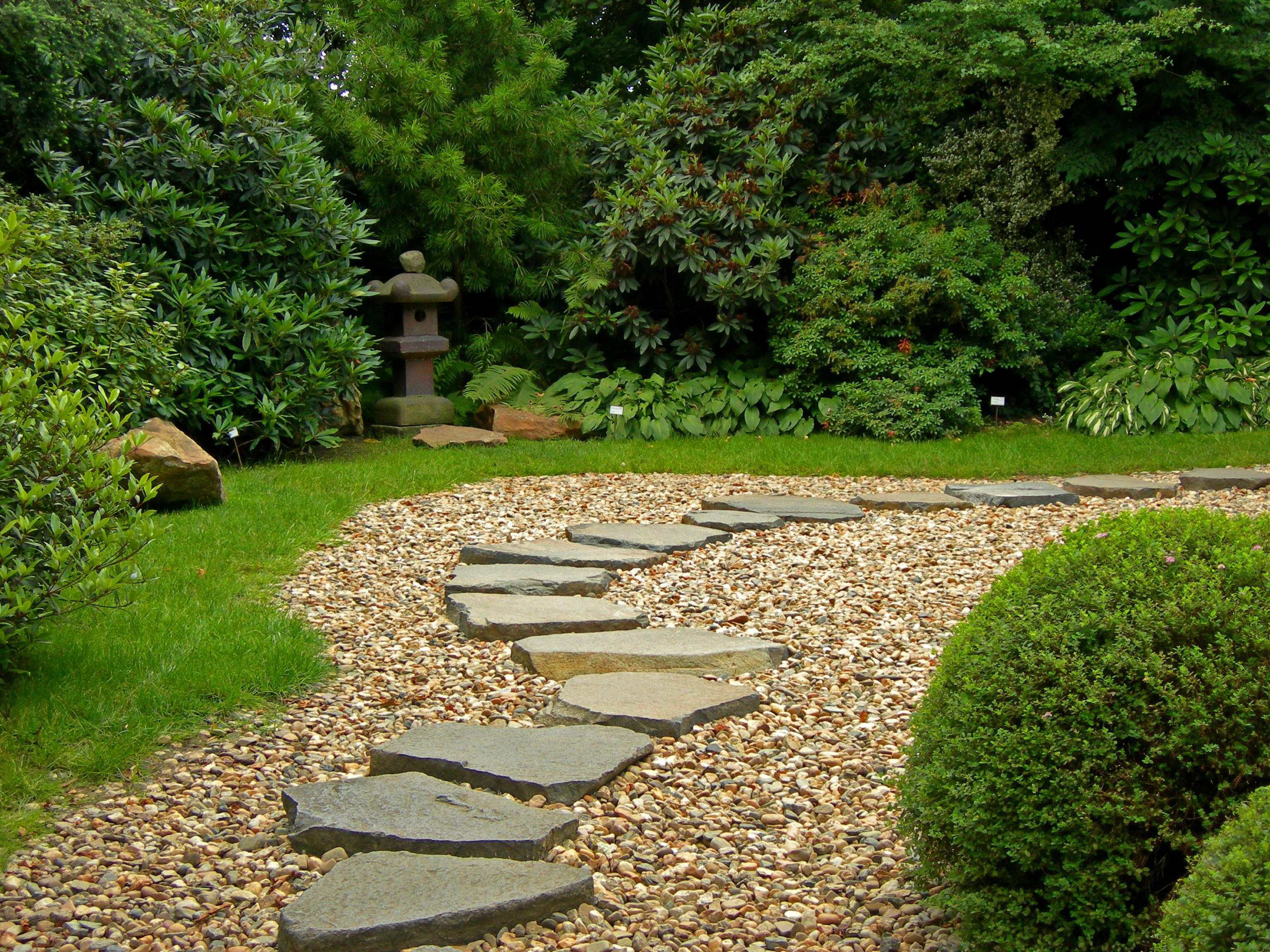 садовая дорожка из камня гравий и газон