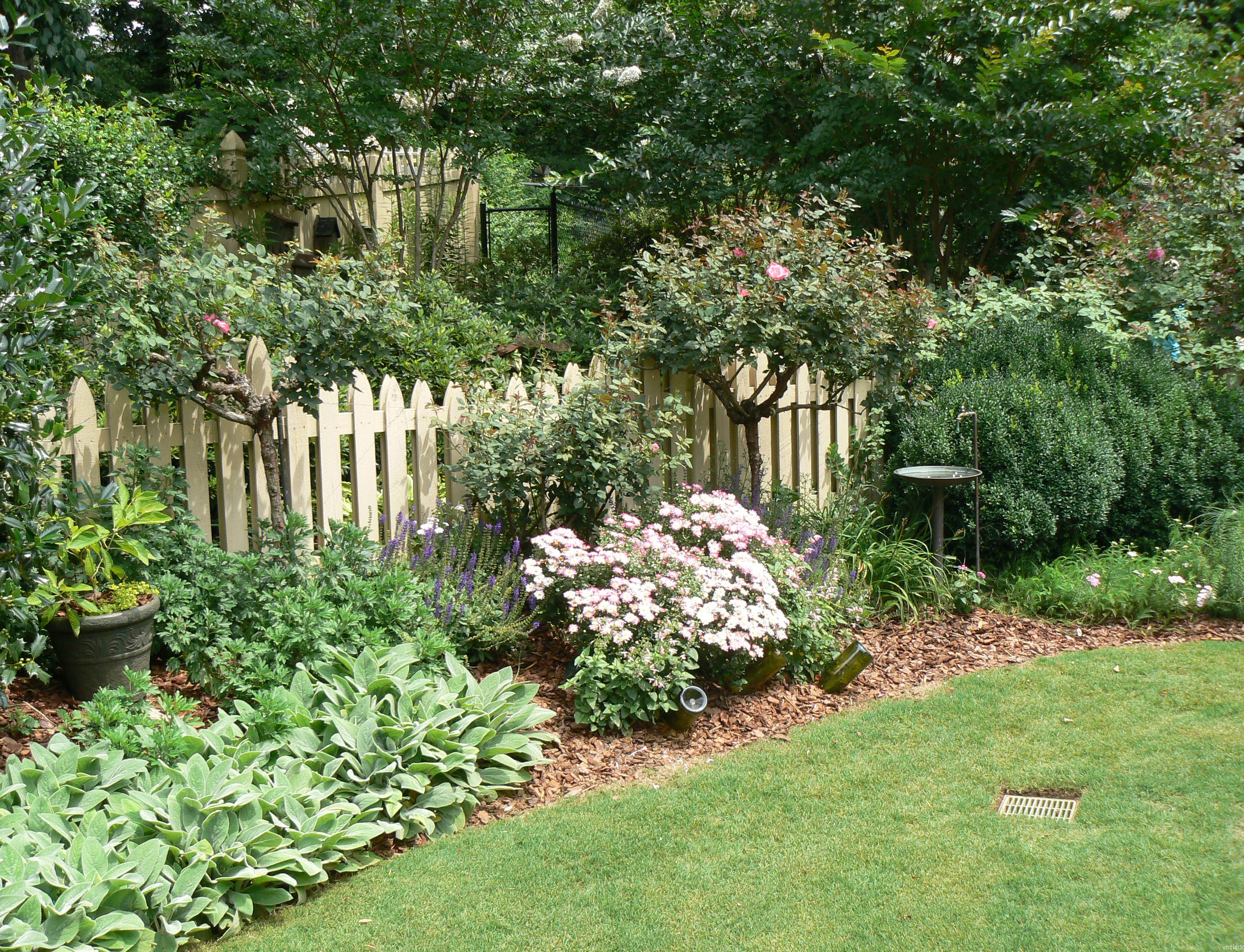 как украсить забор цветочный бордюр