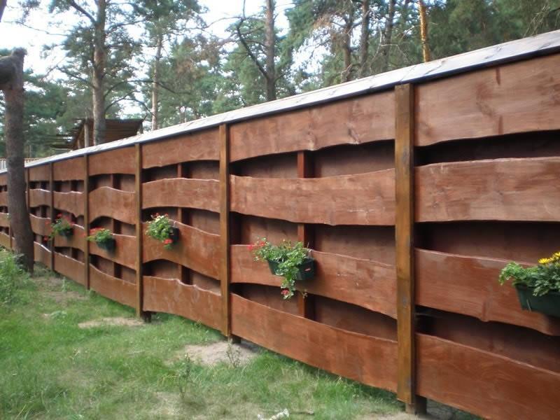 как украсить забор горшки с цветами
