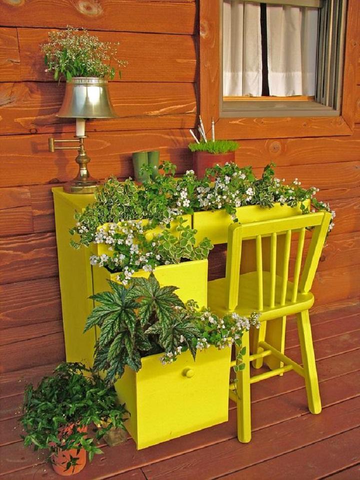 старая мебель с горшками для цветов