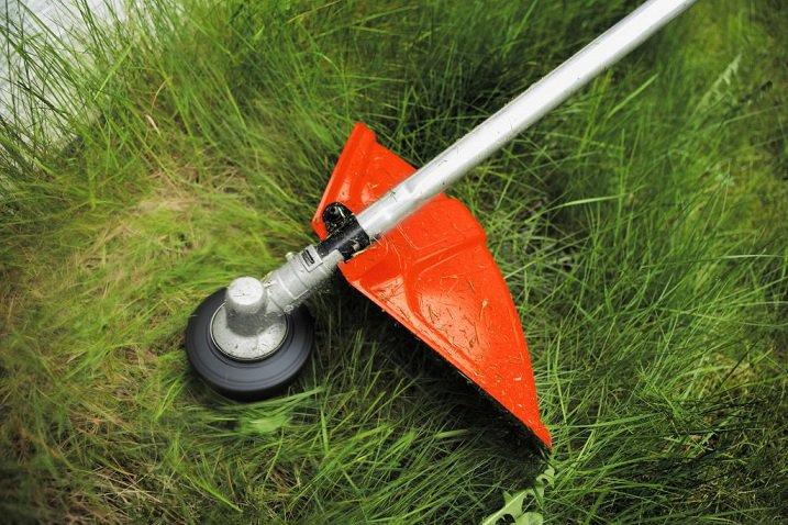 Подросшую траву можно подравнять при помощи триммера.