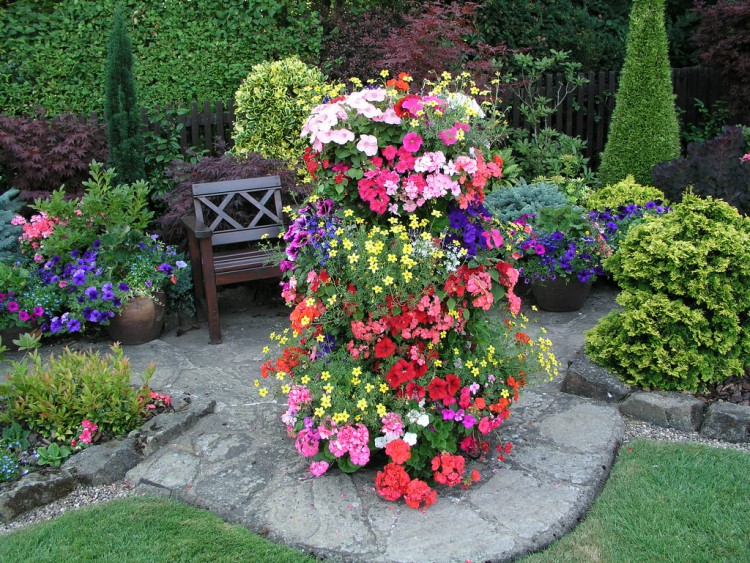 Цветочные башни подойдут для небольших участков и просторных садов.