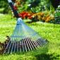 Предварительно газон следует очистить от растительного войлока