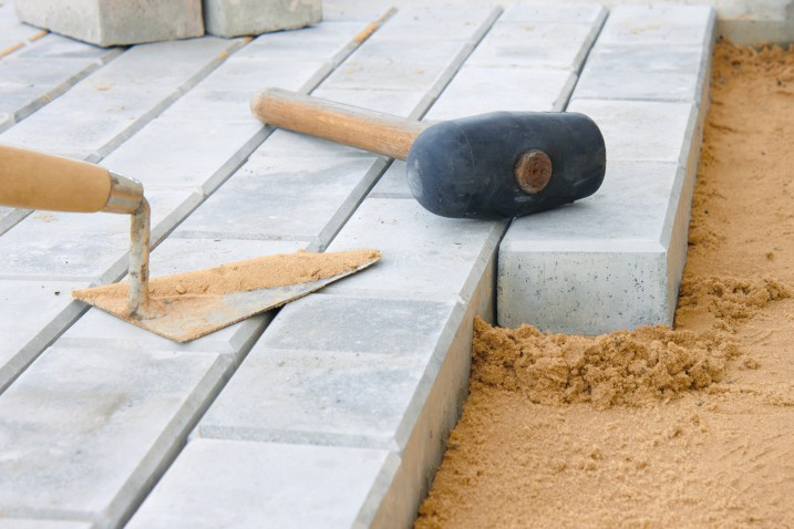 Для этого нужно снять слой земли на несколько сантиметров и положить песок.