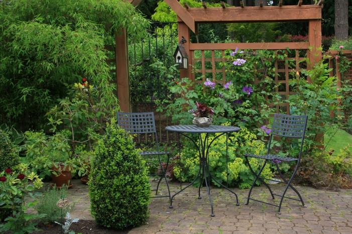 Шпалеры отлично сочетаются с садовым декором