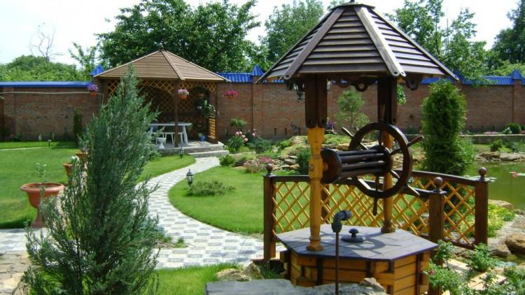 Деревянный декоративный колодец органично дополнит ваш садовый декор